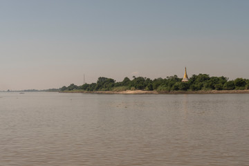 Coste de un río con una Pagoda en Myanmar