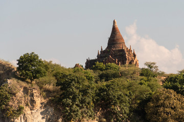 Costa de río con antiguas Pagodas en Bagan, Myanmar