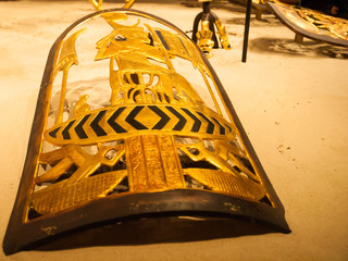 Ägyptisches Schutzschild liegt im Sand