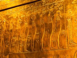 Ägyptische Schriftzeichen auf Gold