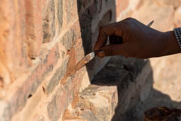 Restaurador trabajando para arreglar un muro de un templo en Bagan. Myanmar