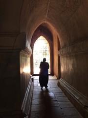 Monje budista caminando por los pasillos de una Pagoda en Bagan. Myanmar