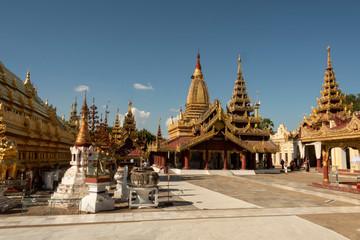 Vista de la Pagoda dorada de Shwezigon en el parque arqueológico de Bagan. Myanmar