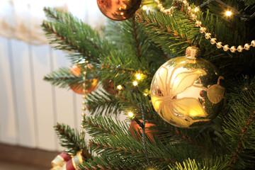 Fototapeta Złota bombka na świątecznej choince, Boże Narodzenie. obraz