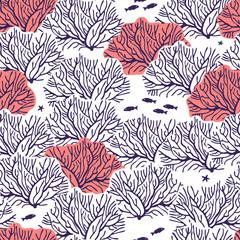 Графический бесшовный узор на белом фоне с изображением кораллов, чередующихся тёмно-синих кустов и кустов кораллового цвета, между ними располагаются маленькие рыбки и морские звёзды.