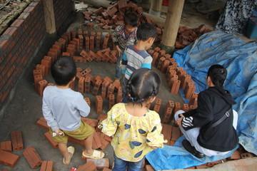 bambini che giocano a domino con dei mattoni a sapa vietnam