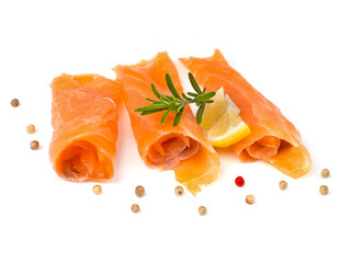 tranches de saumon fumé isolée sur fond blanc