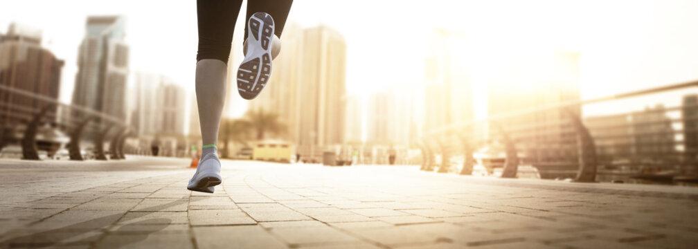 Läuferin in einer Stadt