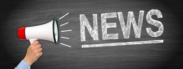 News, Newsletter, Neuigkeiten, Presse, Hand mit Megafon und Text auf Kreidetafel Hintergrund