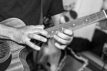 Il chitarrista suona un assolo in studio