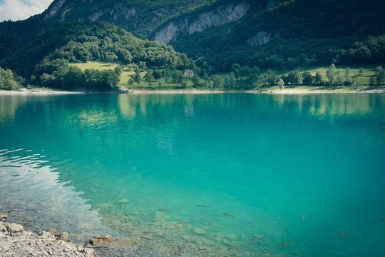 Der blaue Tennosee in Norditalien, Alpen