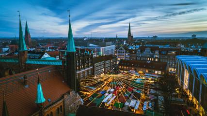 Lübecker Weihnachtsmarkt im Sonnenuntergang
