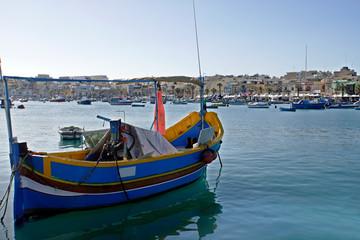 taditionelles, buntes Fischerboot im Hafen von Marsaxlokk