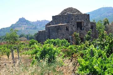Das historische Kirchenrelikt Cuba di Santa Domenica westlich von Castiglione di Sicilia nahe des Alcantara-Flusses im Sommer, Sizilien, Italien