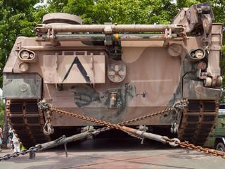 zum Transport verladener Panzer