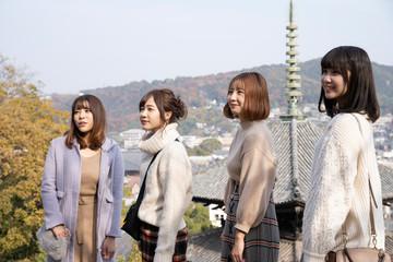 尾道での記念写真を撮る女性4人