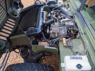 Blick in den Motorraum eines militärischen Geländefahrzeugs
