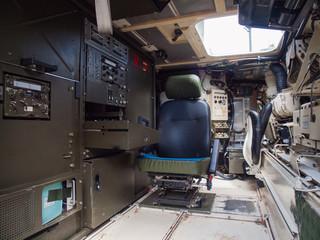 Blick in den Innenraum einer mobilen Funkstation der Bundeswehr