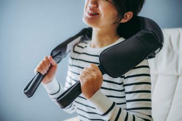 肩のマッサージをする女性