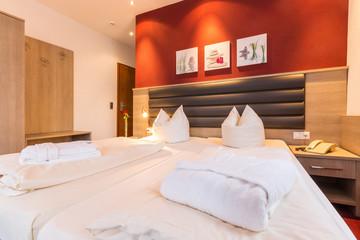 Doppelbett im Hotelzimmer