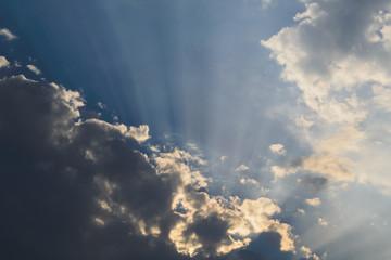 Wolken und Sonnenstrahlen