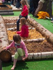 Kinder auf einem Erlebnispfad mit verschiedenen Bodenuntergründen