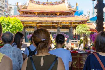 Papiers peints Edifice religieux Crowd of people make a pray at Longshan Temple in Taipei, Taiwan