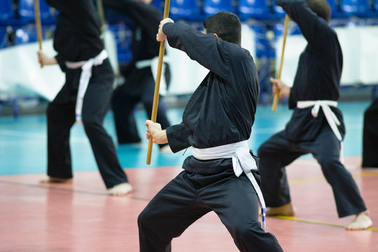 allenamento col bastone in una palestra di arti marziali