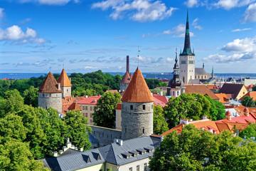 Blick auf Alstadt Tallinn mit historischen Türmen und Stadtmauer, Estland