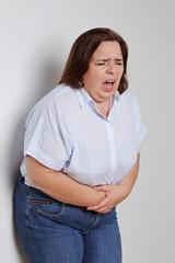 femme forte ayant mal au ventre