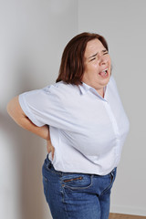 femme forte ayant mal au dos