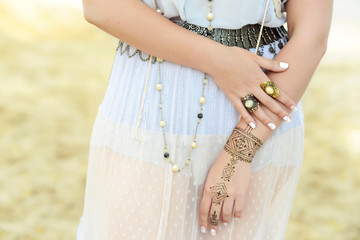 accessories hippie on hands mehendi bracelets rings on hands girls boho style lifestyle freedom fashion india bride accessories beach nature