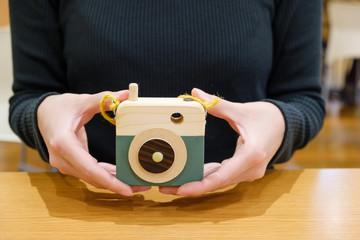 おもちゃのカメラを持つ女性