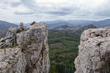 Felsvorsprung und Schlucht, Blick über weite Berglandschaft