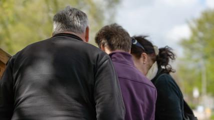 Drei Personen von hinten, die auf etwas schauen