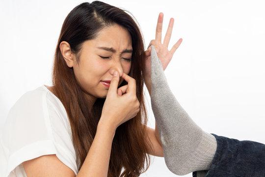 男性の靴下を臭う女性