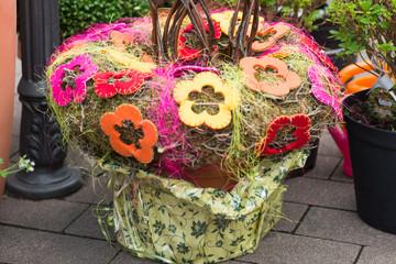 Dekoraktion eines Blumentopfs mit Filz-Blüten