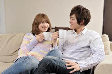 コーヒーを飲んで語らう若いカップル