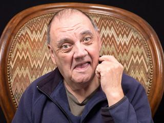 portrait vieil homme dans le fauteuil
