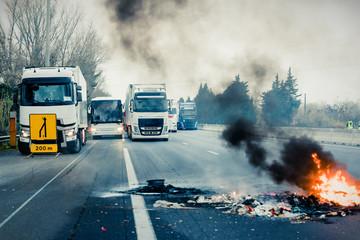 camion bloqués sur autoroute - manifestation - feu de pneus