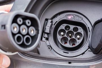 Typ 2 Stecker an der Ladebuchse eines Hybridautos
