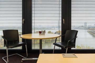 Runder Tisch mit zwei Stühlen