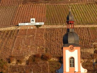 Kirchturm und Weinberg in Zell an der Mosel