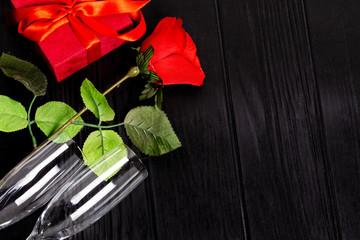 Calici di vino con rosa rossa per festeggiare San Valentino