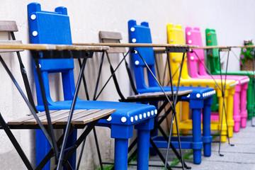Bunte Stühle in verschiedenen Farben