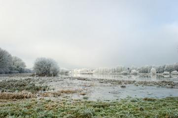 Fotorolgordijn Grijs Paysage hivernal givré et innondation