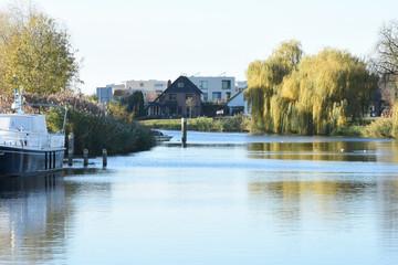 boten op en huizen bij de rivier de Oude IJssel in Doetinchem