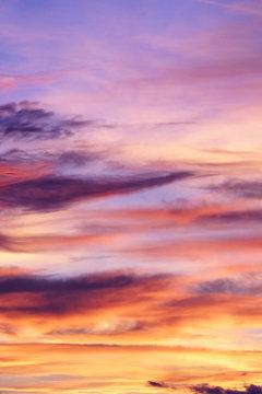 herbstlicher Abend Himmel zum Sonnenuntergang mit Wolken und Abendrot.
