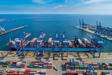Obraz Port morski ze statkiem kontenerowcem w trakcie rozładunku. Gdynia - fototapety do salonu