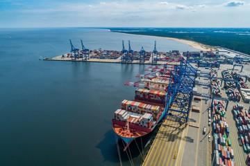 Obraz Port morski transportowy ze statkiem kontenerowcem - fototapety do salonu